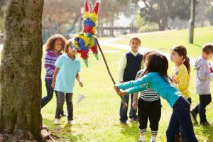 Organisez le jeu jeu de la pinata pour un anniversaire!
