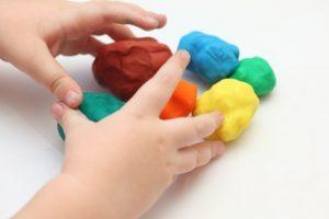 Activités pour enfants pendant le confinement: pâte à modeler