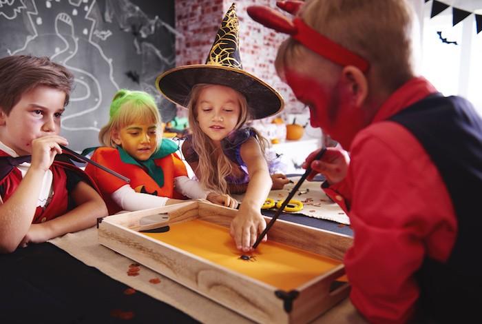 La course d'araignées comme jeu enfant pour Halloween