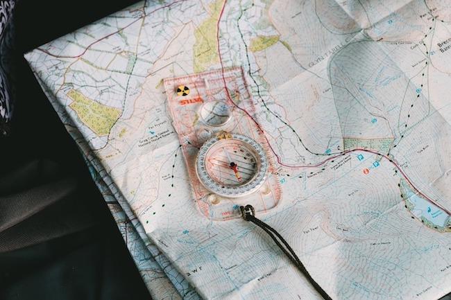 Course d'orientation avec carte et boussole
